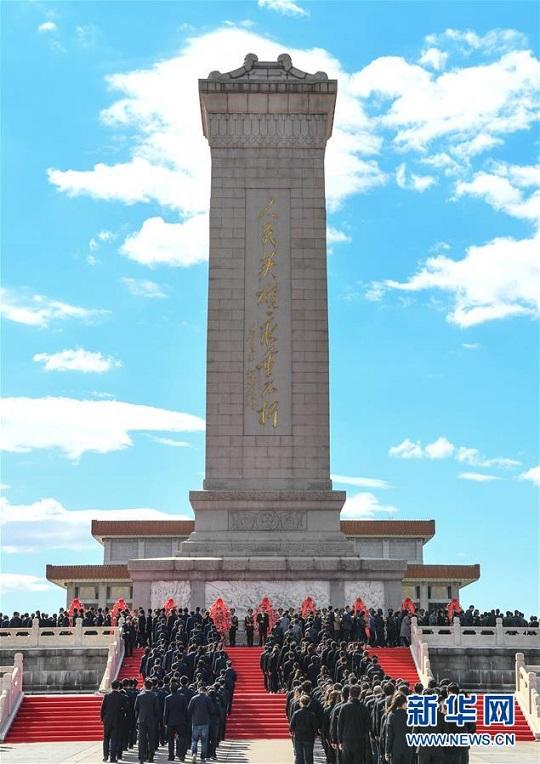 在首都北京天安门广场人民英雄纪念碑前举行纪念仪式,缅怀英雄烈士.